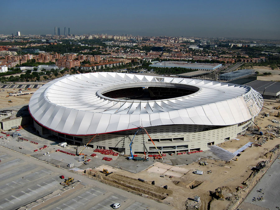 Time lapse shows the roof installation at madrid s wanda for Puerta 3 wanda metropolitano